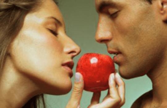 Яблоки повышают половое влечение